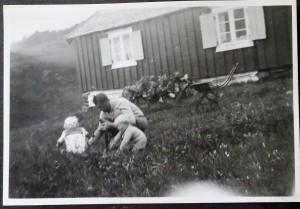 Knut, Leif  Bonsach.. og Mathias 1938 utenfor Nedigård med barnevogn