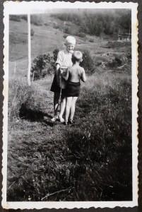 Mathias Bonsach og Leif Bonsach koser seg på Baavasshaugen 1941